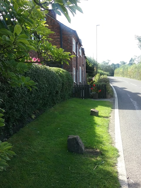 Double room in Cosy Cottage nr Peak District