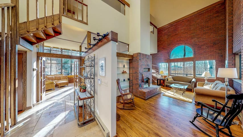 Stunning mountain view home w/deck & atrium-quick drive to slopes