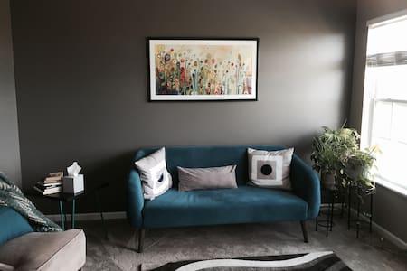 Modern Condo - Private Room/Bath - Grandville - Társasház
