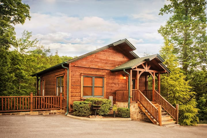 Luxury 1 bedroom 2 story cabin in gatlinburg falls for Large cabin rentals in tennessee