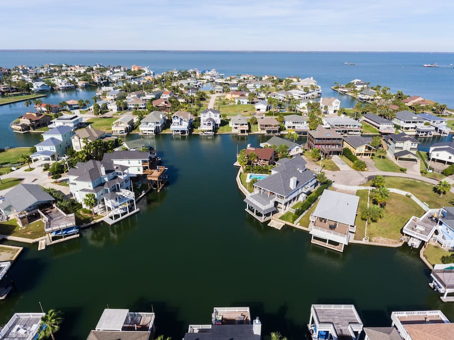Tortuga Cay is situated on one of the largest lagoons in Jamaica Beach w/ direct access to Galveston Bay!
