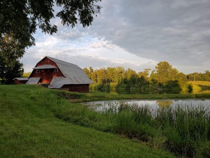 Charming Cabin Overlooking 5 Acre Lake