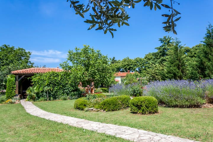 Angelina's garden place, max 6 persons, near Pula