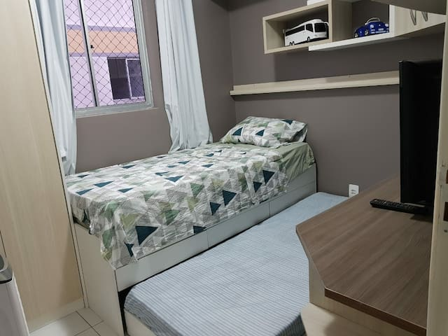 Bi-cama com colchões novos e confortáveis.