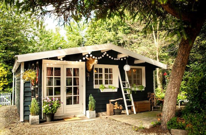 Sfeervol tuinhuisje met bedstee en houtkachel