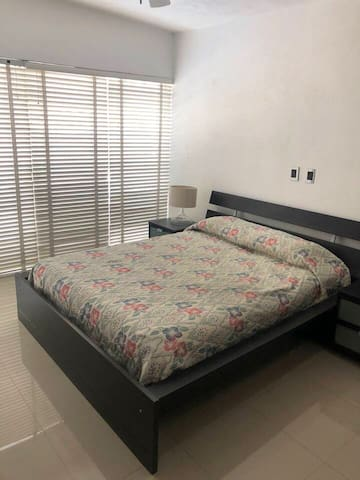 Recámara con cama queensize, closet, aire acondicionado, baño privado y vista a la alberca.