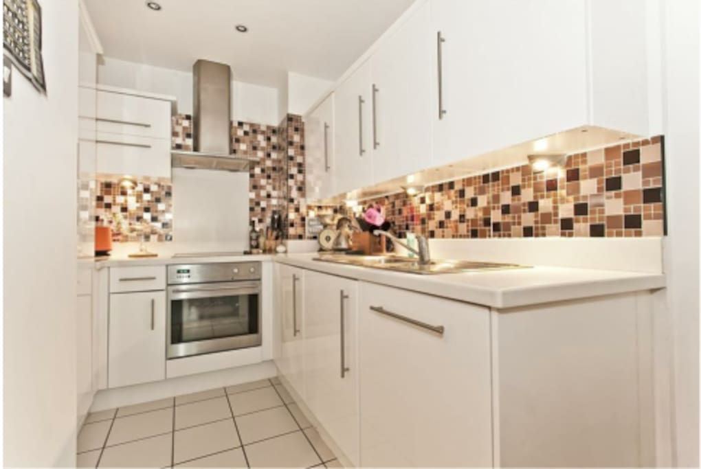 Luxury Central London 1 Bedroom Apartment, in a beautiful building located on the River Thames and very near to the Houses of Parliment and all the major London tourist attractions.