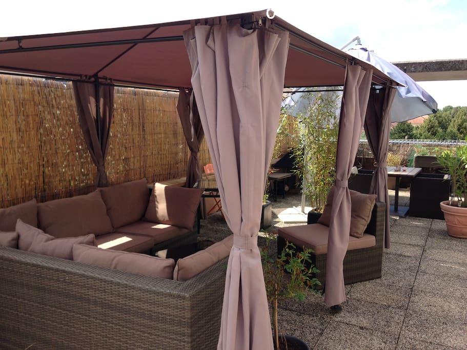 Salon de jardin en angle pour un repos bien mérité.