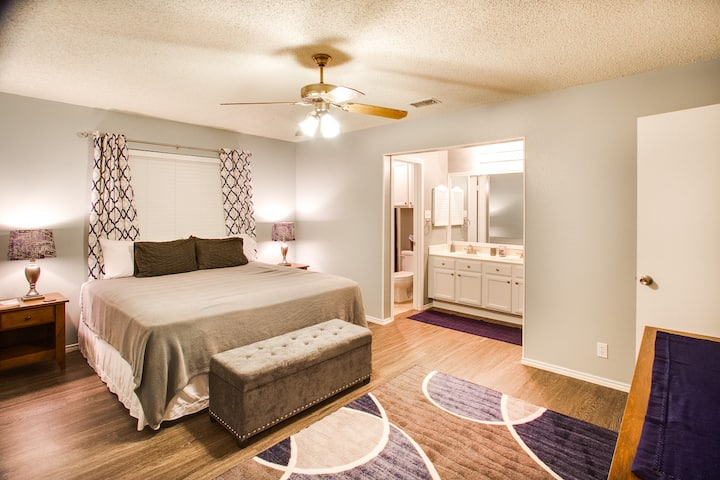 *Close to airport, park, with king bed*