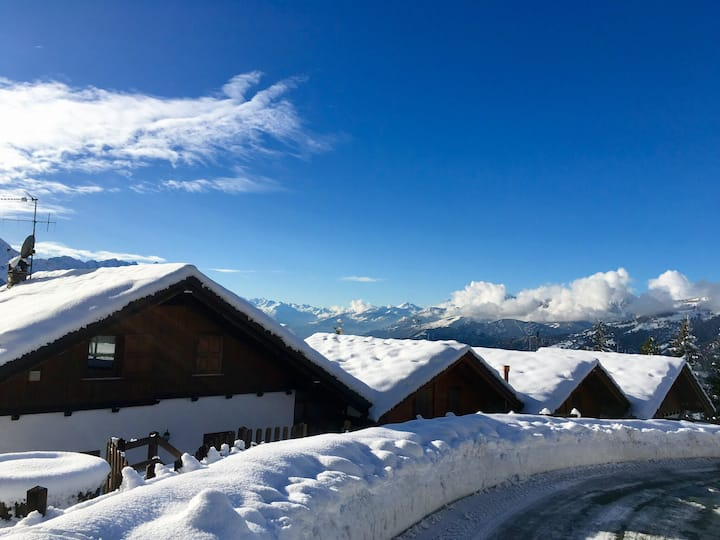 La casa in cima al colle con vista sulle Alpi