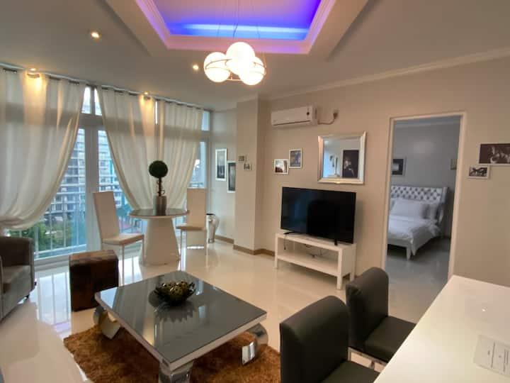 Stylish, apartment w/pool,gym,resto @roof top.