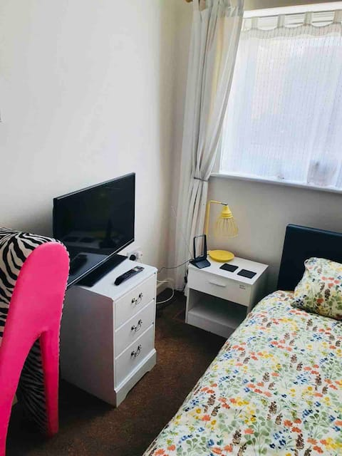 Quiet single room close to Cambridge/MK