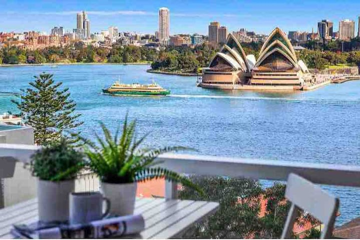 Enjoy your morning coffee with a beautiful view over Sydney Harbour & the Sydney Opera House