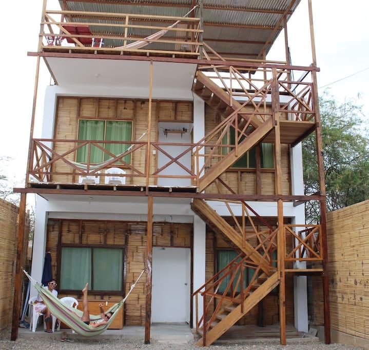 Fotos interior Pinosur, habitaciones en primer y segundo piso con hamacas para descanso