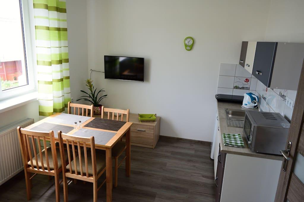 Obývacia miestnosť spojená s kuchyňou