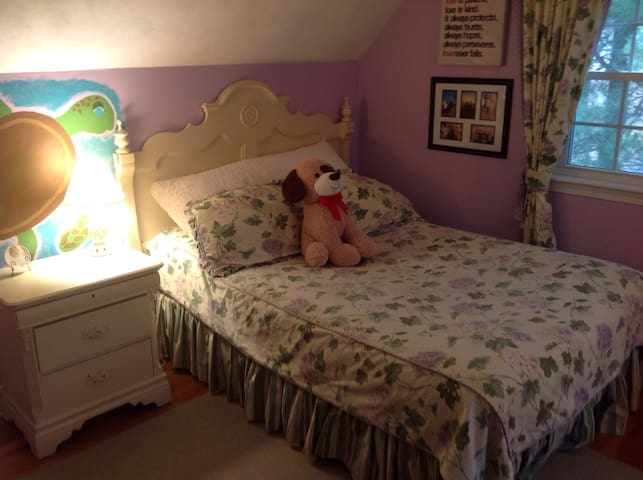 Bedroom w/full sized bed