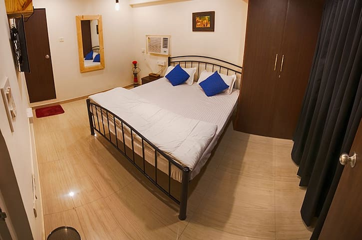 Budget Double room in a hip Backpackers Hostel