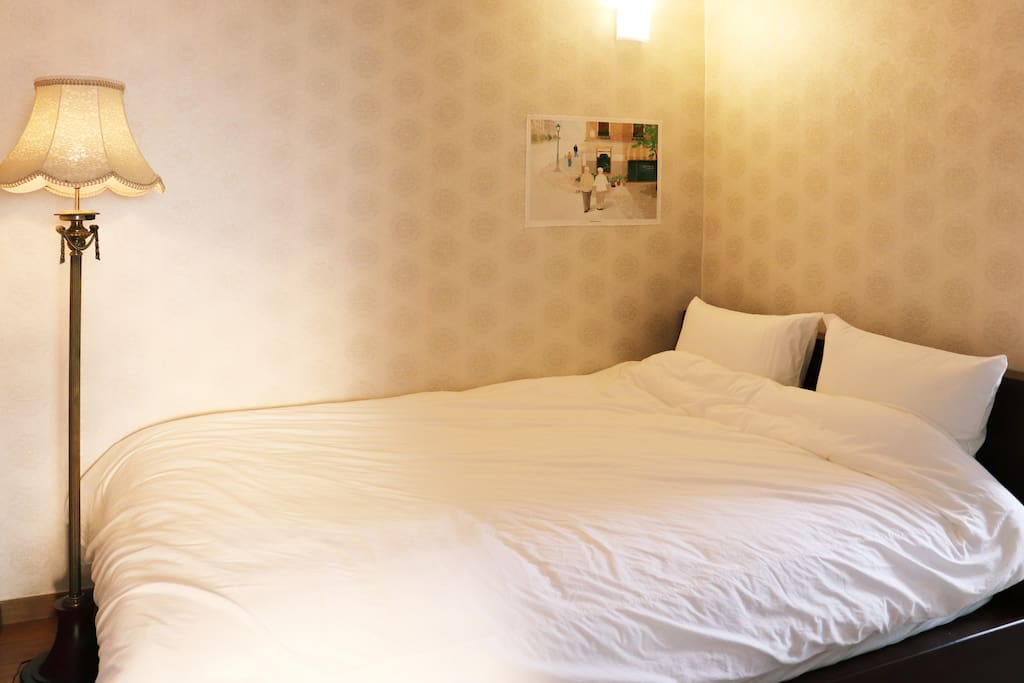 1번 방. 빈티지한 분위기의 큰 방 침실