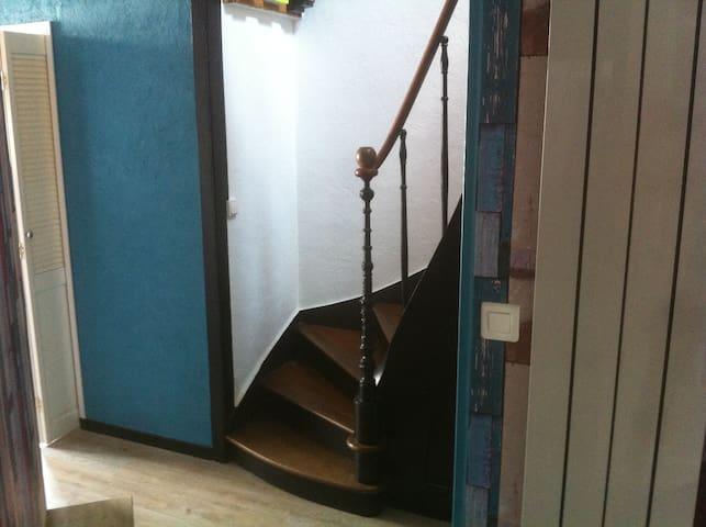 Accès à la chambre , sanitaire et salle de bain au 1er étage