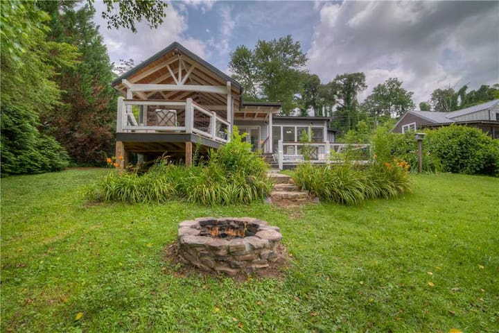 A rare find on the Acclaimed Toccoa River, walking distance to Historic downtown McCaysville & Copperhill/ minutes from tubing/rafting
