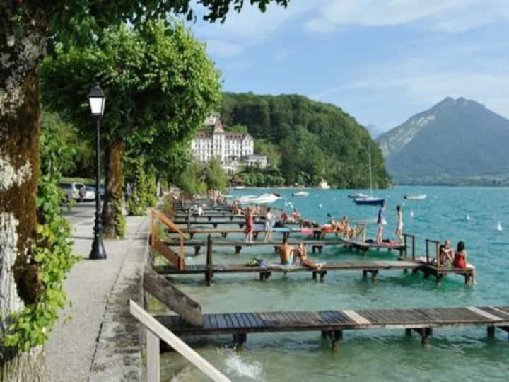 Au bord du lac d'Annecy sur la rive la plus belle