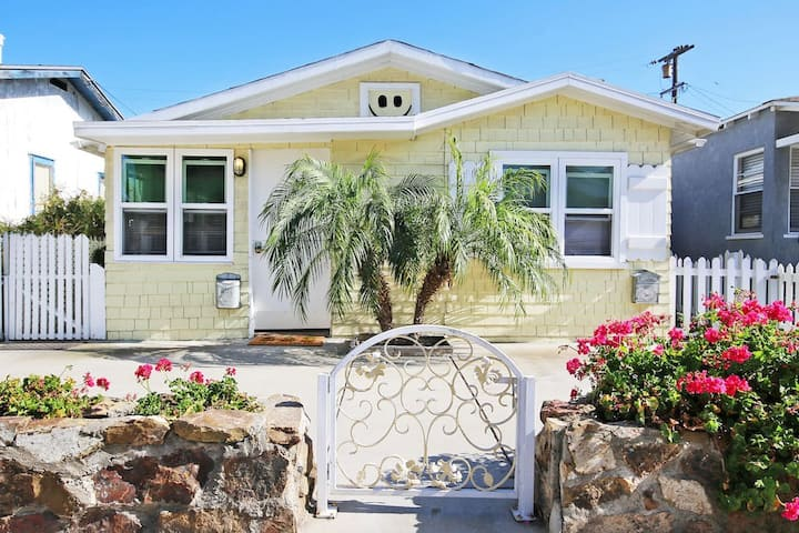 The Ultra Tiki Beach Cottage, Ideal for 2 Couples