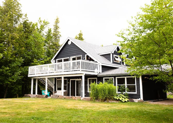 Quintessential Canadian retreat on pristine lake