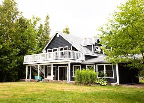 Quintessential Canadian retreat on pristine lake