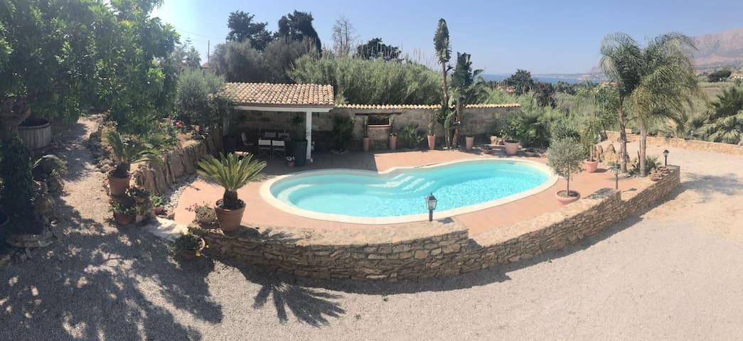 spazio esterno con piscina/outdoor space with pool