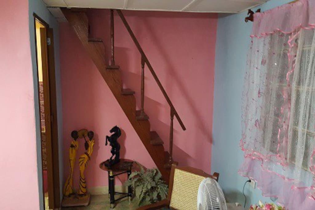 escaleras que conducen al dormitorio