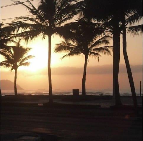 Apê a um passo da praia e perto de tudo - Praia Grande - Departamento