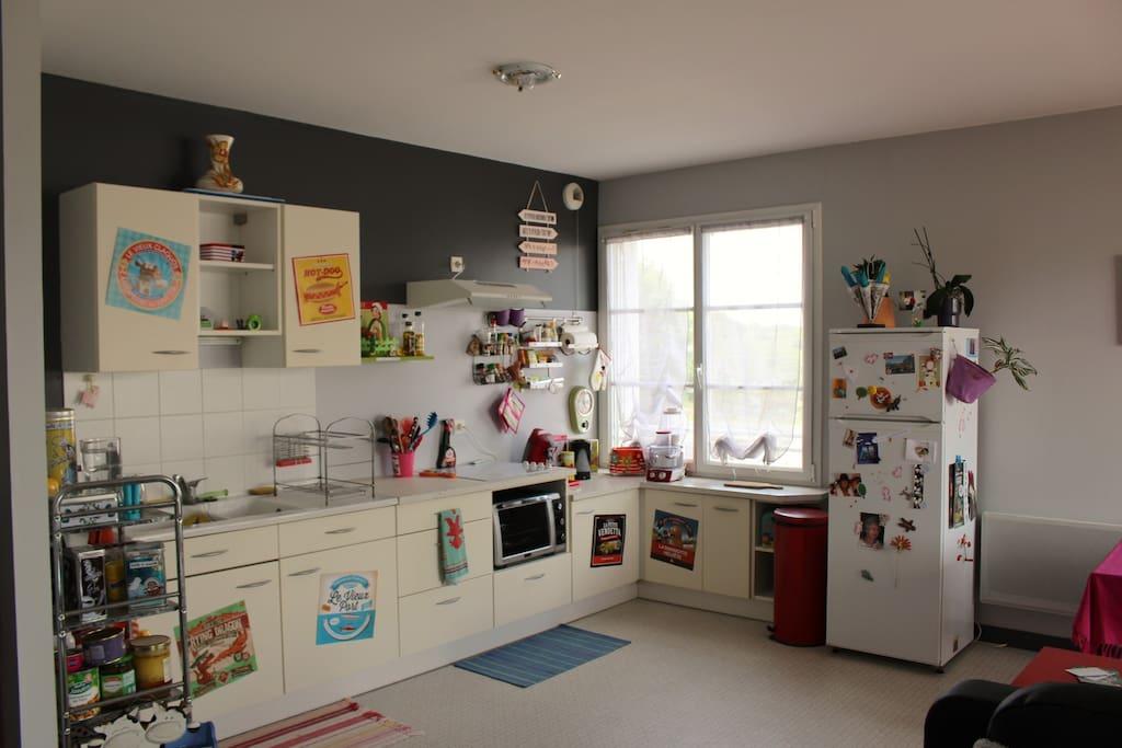 Espace cuisine avec four et plaques vitro