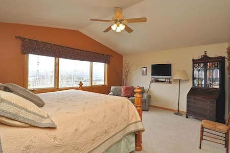 Spacious Mtn Master Bedroom - Silverthorne