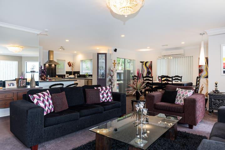 Main lounge/dining