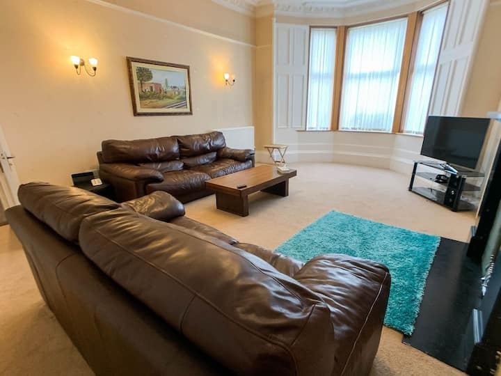 Large Glasgow South Family Home - Free Parking
