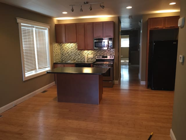 2 Bed 1 Bath with Private Car and Host