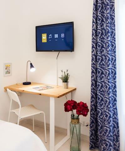 Escritorio con flexo individual, wifi y televisor de 32 pulgadas en el segundo dormitorio.