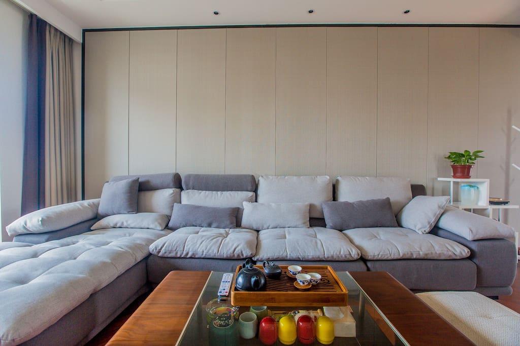超舒适的北欧沙发。T型躺卧区宽约1米,可睡一人。
