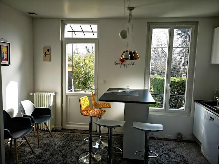 Sweet garden house 15m from paris