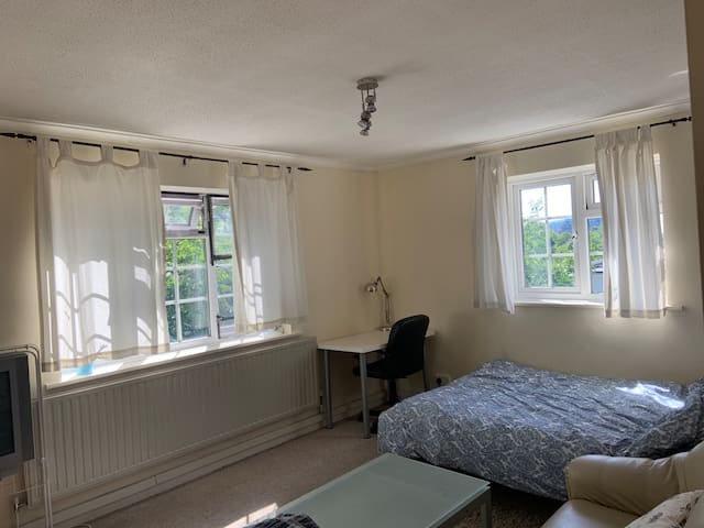 Spacious Double Room B @ Leafy NW10