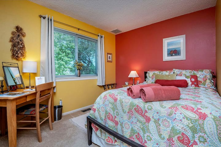 """2nd bedroom with great views - double bed: """"Steve and Cindi were great hosts. Towels were laid out, beds were comfortable and the kitchen was well equipped."""" — Chandra"""