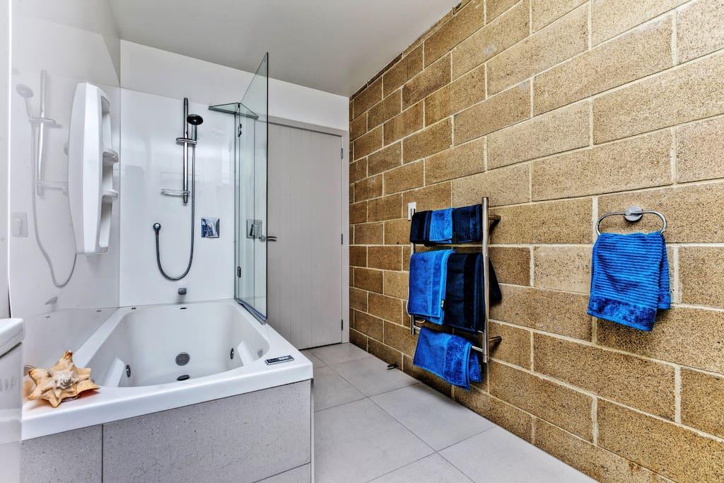 Enjoy your modern bathroom facilities, inclusive spa bath
