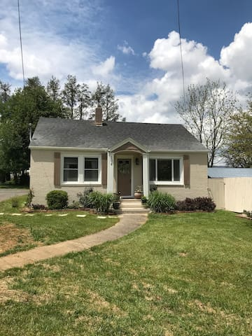 Downtown Private Cottage, walk to dining/shopping