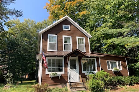 Cozy Vintage Adirondack Mtn Home 100ft from Water