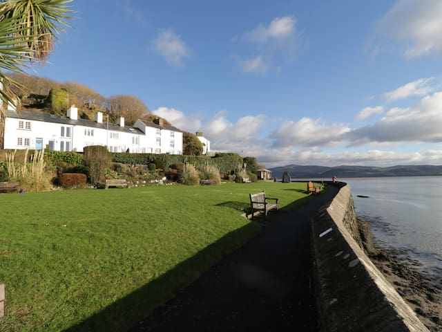 DOVEY VIEW, with a garden in Aberdovey, Ref 954556