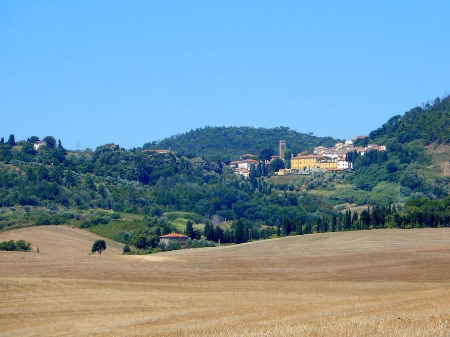 """Vista su Gabbro in cui spicca la facciata gialla del complesso residenziale """"Fattoria Mirabella"""" di cui fa parte la """"Casina Mirabella"""""""