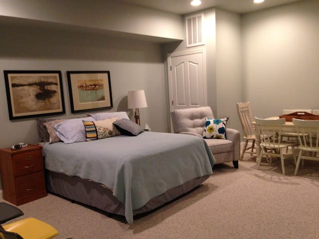 Spacious basement suite - Greenville - House