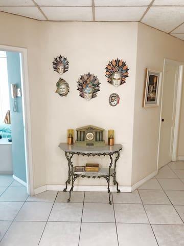Corredor entre la sala y el comedor que si giras a la izquierda da al cuarto master (vista desde la entrada al departamento)