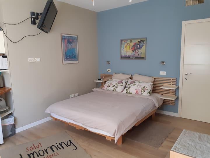 Cozy bed & bath w/ private outside entrance
