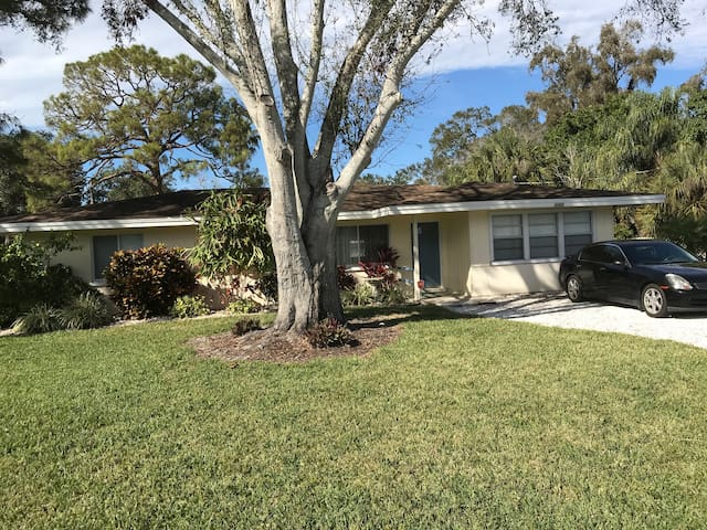 Beautiful and Sunny Sarasota 2 bedroom house